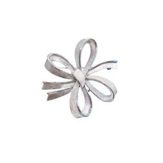 トリファリ・お花のような銀色リボンのブローチ
