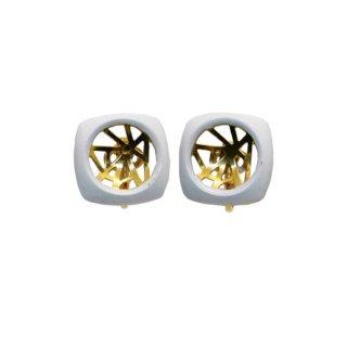 トリファリ・モダンなホワイトフレームのイヤリング