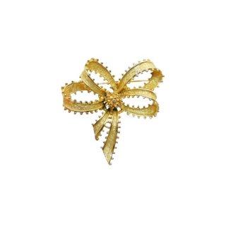アート・ドットで装飾された金色リボンのブローチ