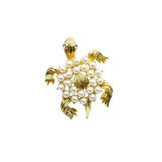 ゲリーズ・パールで装飾された金色の亀のブローチ