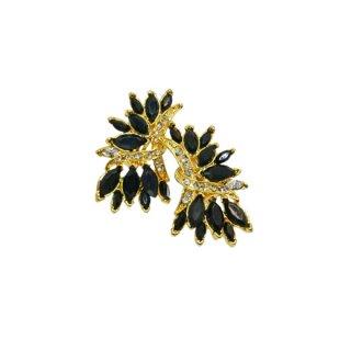 インパクトを放つブラック&ゴールドのイヤリング
