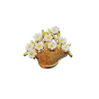 アート・バスケットに入った小さな白いお花のブローチ