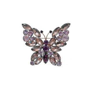 薄紫色のラインストーンで装飾した蝶のブローチ