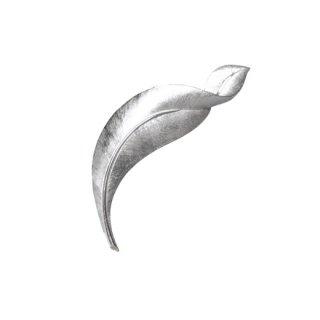 トリファリ・細長いシルバーリーフのシックなブローチ