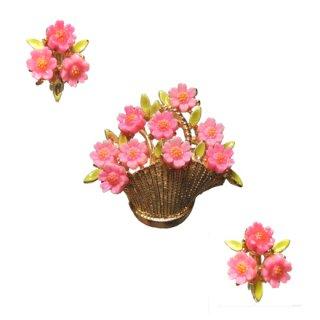 アート・バスケットに入ったピンクのお花のブローチセット