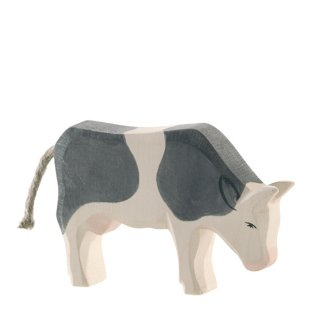cow b&w eating