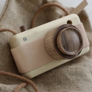 <img class='new_mark_img1' src='https://img.shop-pro.jp/img/new/icons14.gif' style='border:none;display:inline;margin:0px;padding:0px;width:auto;' />Fanny & Alexander   wooden toy camera (pinkpaw)
