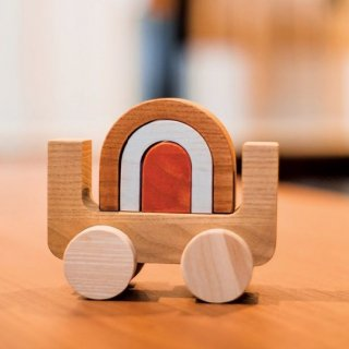 <img class='new_mark_img1' src='https://img.shop-pro.jp/img/new/icons14.gif' style='border:none;display:inline;margin:0px;padding:0px;width:auto;' />Wooden Rainbow Car from Denmark  3月入荷予定分ご予約