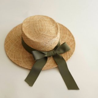 <img class='new_mark_img1' src='https://img.shop-pro.jp/img/new/icons14.gif' style='border:none;display:inline;margin:0px;padding:0px;width:auto;' />Meskidsdesfleurs  ribbon  flattop hat(kaki)