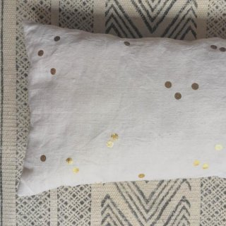 Bord de scene gold dot cushion